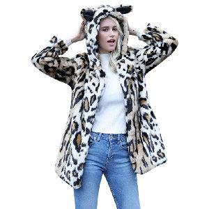 Abrigo con pelaje de leopardo, con capucha y orejas felinas.