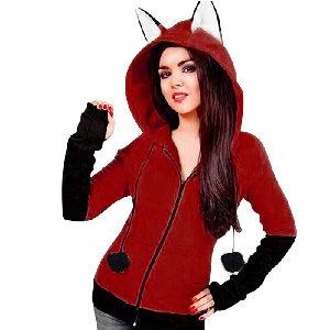Abrigo rojo de mujer con orejas de zorro en la capucha